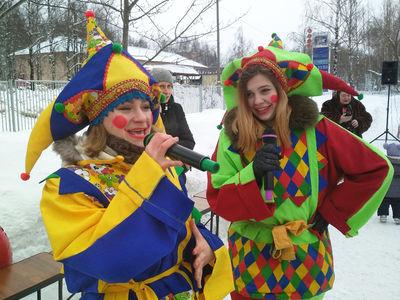 Скоморохи на Масленицу в посёлке Лунево